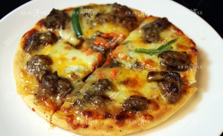 【台北濱江】肉汁從舌尖不斷竄出超美味~料理超簡便!厚皮-頂級牛排比薩6吋/包