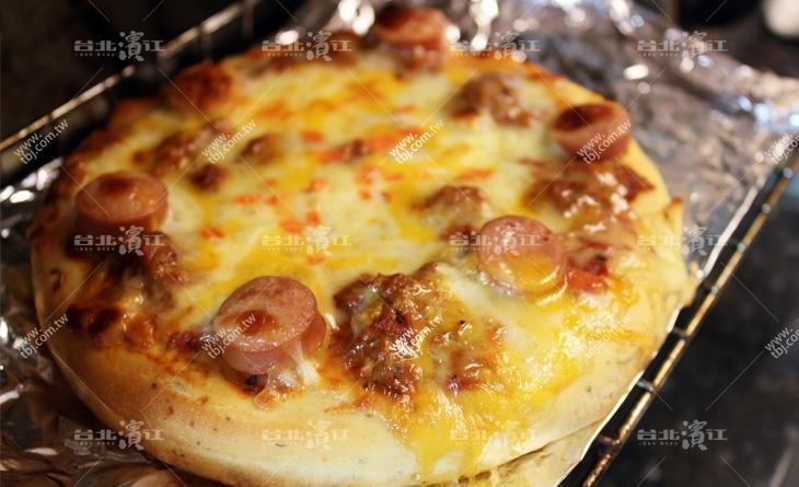 【台北濱江】香腸多汁脆口,口感豐台北 市 市場 美食富吃起來味道鹹香~厚皮-義式肉醬香腸比薩6吋/包