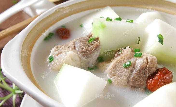 【台北濱江】取自豬背脊,肉質口感佳,熬湯、煮粥的滋味都非常甘美-濱江 市場 一郎 餐廳香草豬豬龍骨450g/包